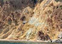 Замечтавшись, «прыгнул» со скалы: в Севастополе Mercedes сорвался в обрыв ФОТО, фото — «Рекламы Севастополя»