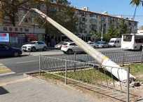 """Троллейбус """"уронил"""" столб на дорогу по Острякова: конструкция может рухнуть в любой момент ФОТО, фото — «Рекламы Севастополя»"""