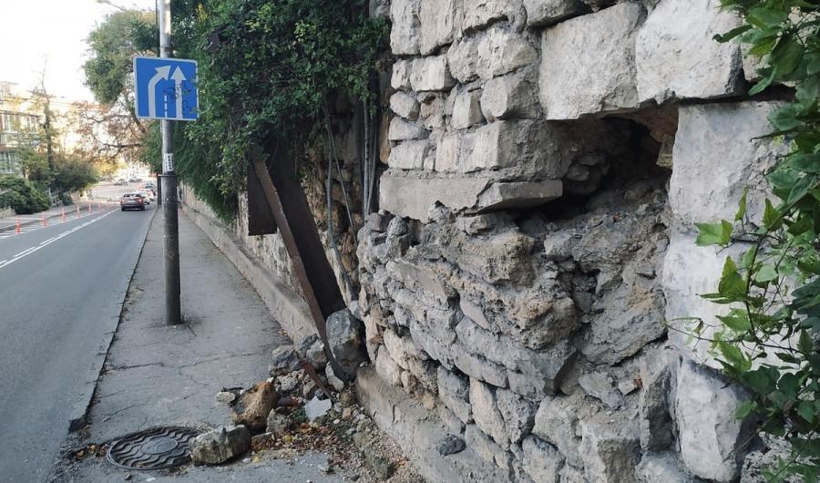 На 4-й Бастионной в Севастополе обрушилась кладка подпорной стены