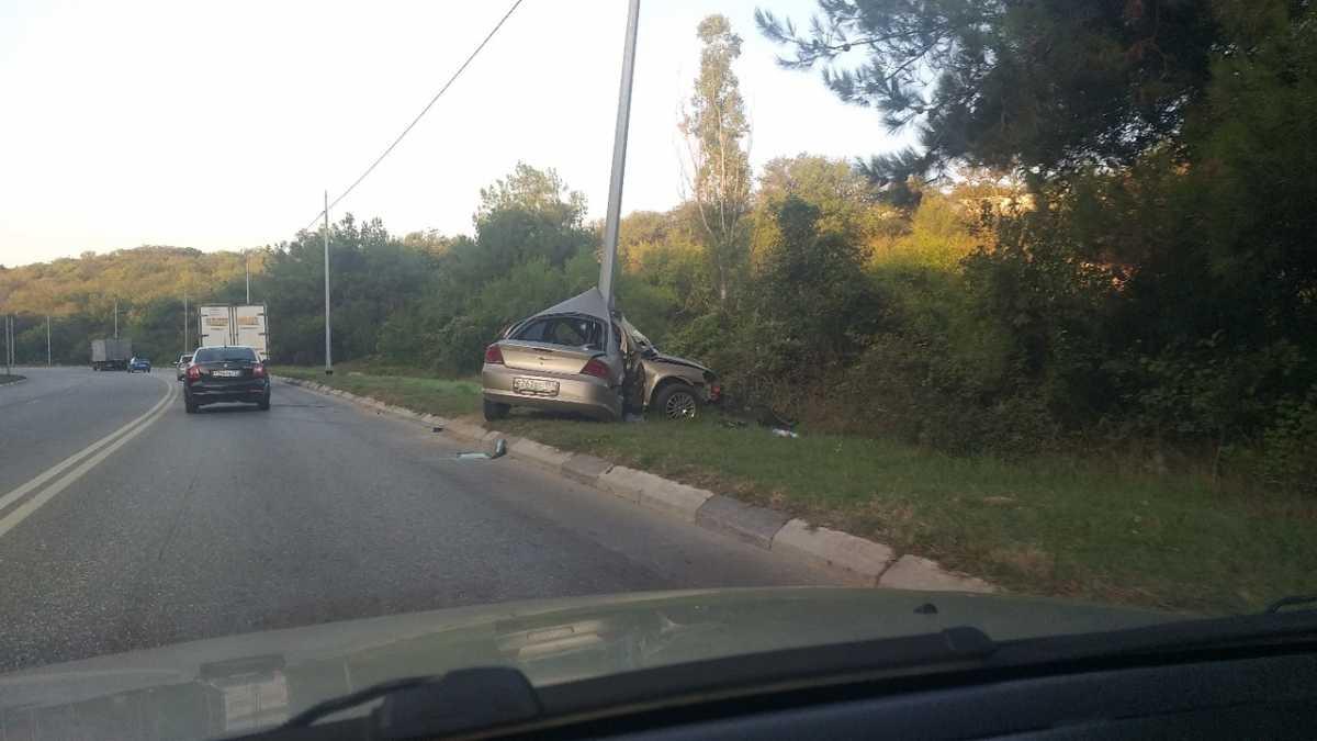 В Севастополе машину «намотало» на столб