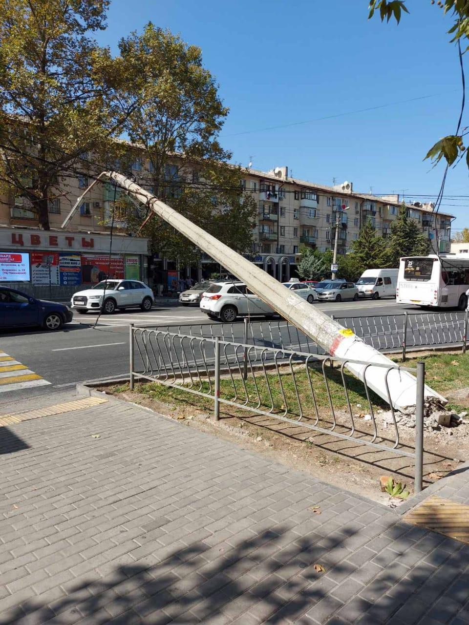 """Троллейбус """"уронил"""" столб на дорогу"""